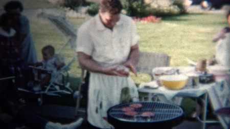 sinematografi : 8mm Vintage 1954 Dad Making Hamburgers For Lunch. Iowa, USA.