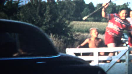 sinematografi : 1958 - Wild 1950s Kids Riding Trailer Eating Of Roofs Stok Video