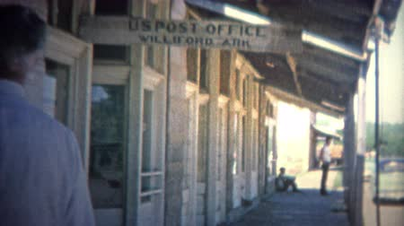 post it : WILFORD, Arkansas. USA - 1966: Kleine stad postkantoor aan de hoofdstraat. Stockvideo