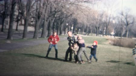 futbol : NEW HAVEN, CONNECTICUT - 1958: Family enjoying some football during the holidays. Stok Video