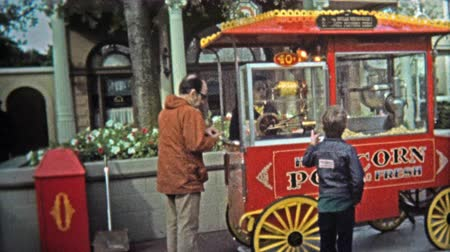 семидесятые годы : 1969: Walt Disney World popcorn 40 cents old-style food vendor cart.