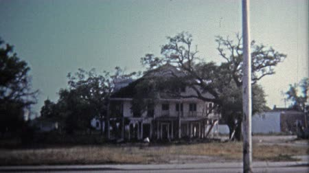 NEW ORLEANS, LA -1971: Neglected historic mansions littered near downtown plagued the city. Wideo