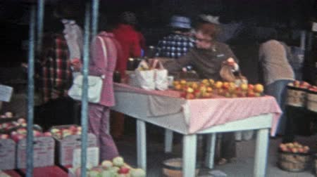 jabłka : NEBRASKA 1975: Roadside farmers market in the heartland of the midwest America.