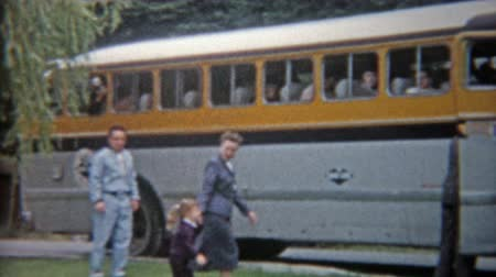 1959: Family entering luxury travel tour bus to travel across America trip. Wideo