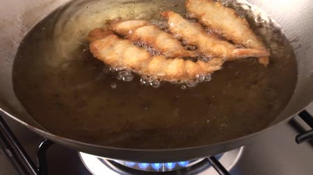 levantado : Taking deep-fried prawns out of fat with a skimmer Vídeos