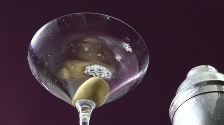 bebida alcoólica : Garnishing Martini with an olive