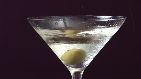 garniture : Garnishing Martini with an olive