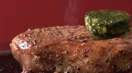 preparing : Peppered steak with melting herb butter