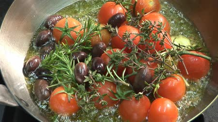 olivový olej : Frying tomatoes, garlic, olives and herbs