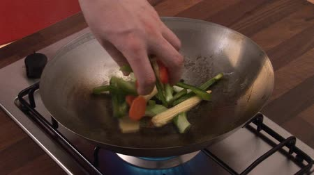 frypan : Sautéing vegetables in a wok