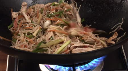 vegetable wok : Chicken, vegetables and noodles in a wok Stock Footage