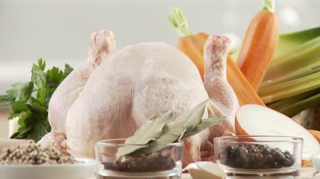 condimento : Ingredients for chicken soup: chicken, spices, mirepoix