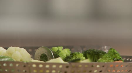 steaming basket : Steamed vegetables Stock Footage