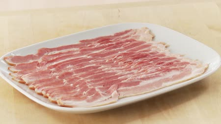 бекон : Rashers of bacon on a plate