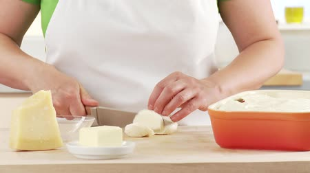 rendelenmiş : Mozzarella being sliced