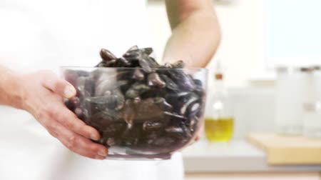 basic steps : Fresh mussels in a bowl