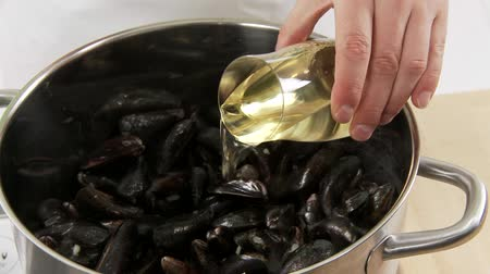 puhatestű : White wine being added to mussels