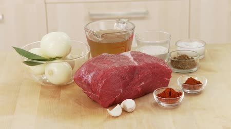 говядина : Ingredients for goulash: shoulder of beef, onion, garlic and spices