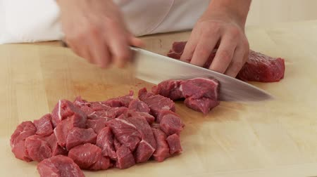 rendelenmiş : Shoulder of beef being sliced and diced