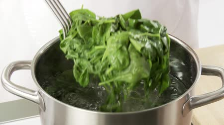 warzywa : Spinach being blanched