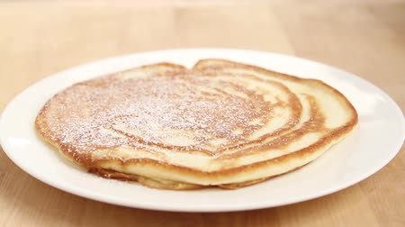 basic steps : Pancakes being dusted with icing sugar