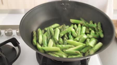 espargos : Green asparagus being cooked in a pan Stock Footage