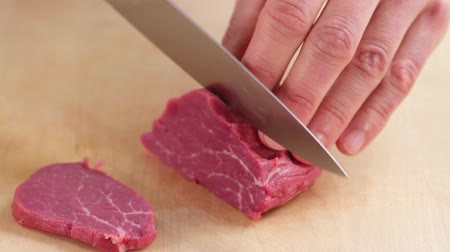 rendelenmiş : Fresh beef fillet being sliced thinly