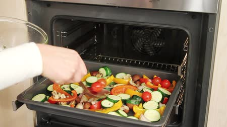 zöldségek : Vegetables being roasted in the oven