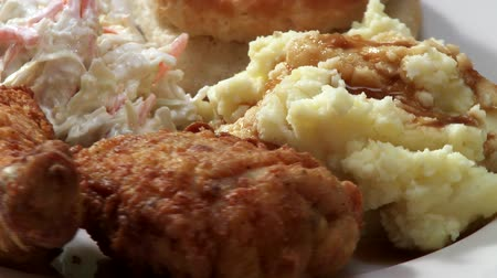 poulet : Deep-fried chicken pieces with coleslaw and potato salad