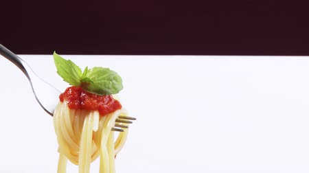 spagetti : Spaghetti with tomato sauce and basil on fork