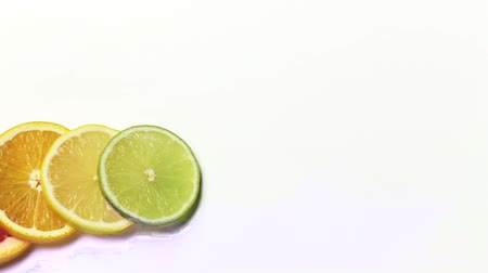 прокатка : Slices of citrus fruit and a rolling lime