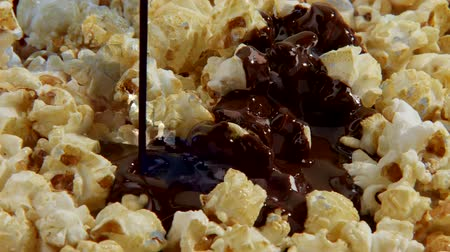 pivoting : Pouring chocolate sauce over popcorn