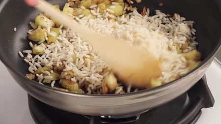 cebula : Rice being added to diced aubergine