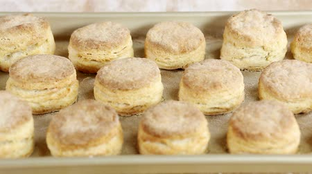 bolachas : Freshly baked buttermilk biscuits Stock Footage