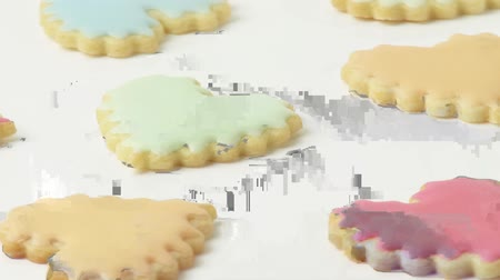 szív alakú : Heart-shaped biscuits with pastel-coloured icing Stock mozgókép