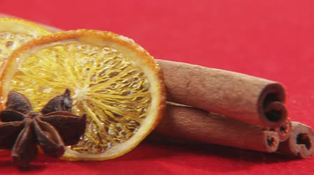 крупные планы : Cinnamon sticks, dried orange slices and star anise
