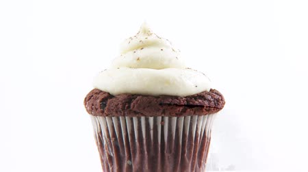 garniture : Chocolate muffin with cream topping and cocoa powder