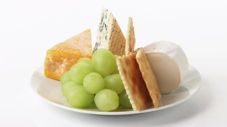 lavado : Cheese plate with crackers, grapes and walnuts