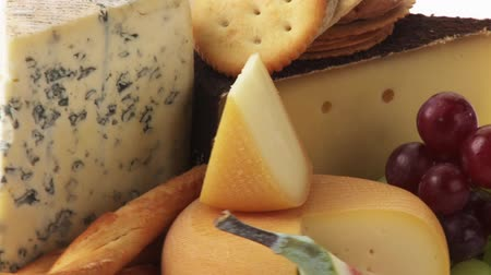 крупные планы : Various cheeses with savoury biscuits and grapes