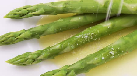 крупные планы : Green asparagus with melted butter and salt