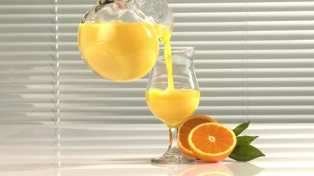 meyve suyu : Pouring a glass of orange juice