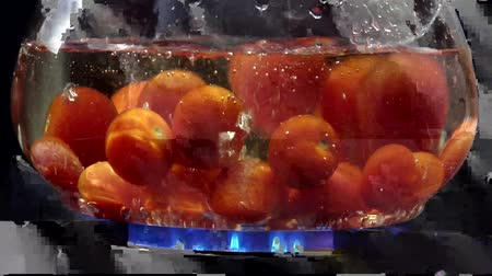 branquear : Dropping tomatoes into boiling water