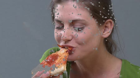 aperatif : Young woman holding a slice of pizza