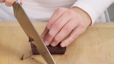 Chopping chocolate coating roughly Vídeos