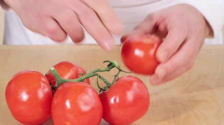 basic technique : Removing tomato from the vine and scoring a cross into the bottom