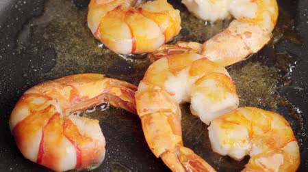 common salt : Frying prawns in a pan and scattering them with salt