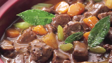 крупные планы : Beef stew being made in a slow cooker Стоковые видеозаписи