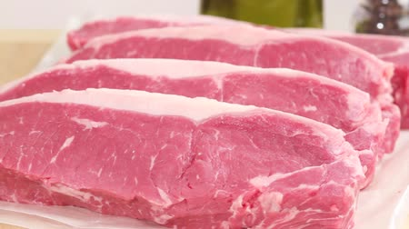 vlees : Fresh New York strip steaks Stockvideo