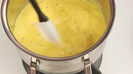 йогурт : Indian yogurt sauce being heated