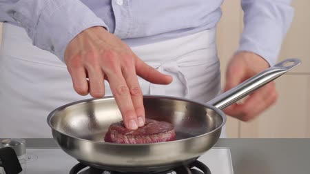 sararmış : Testing the doneness of a fillet steak using the finger method (rare) Stok Video